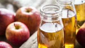 El vinagre de manzana se caracteriza por tener múltiples usos, tanto gastronómicos como en el hogar.