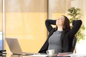 Mujer con las manos en la nuca en postura relajada