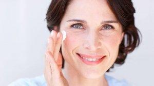 Existen muchos tipos de cremas anti-edad, pero estas son las más eficaces para reducir las arrugas.