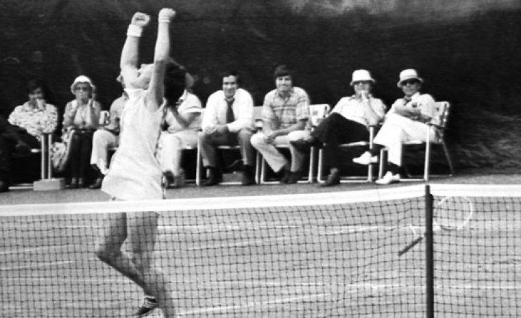 Billie Jean King celebrando su victoria contra su contrincante masculino.