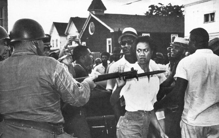 Gloria Richardson apartando el fusil de un guardia.