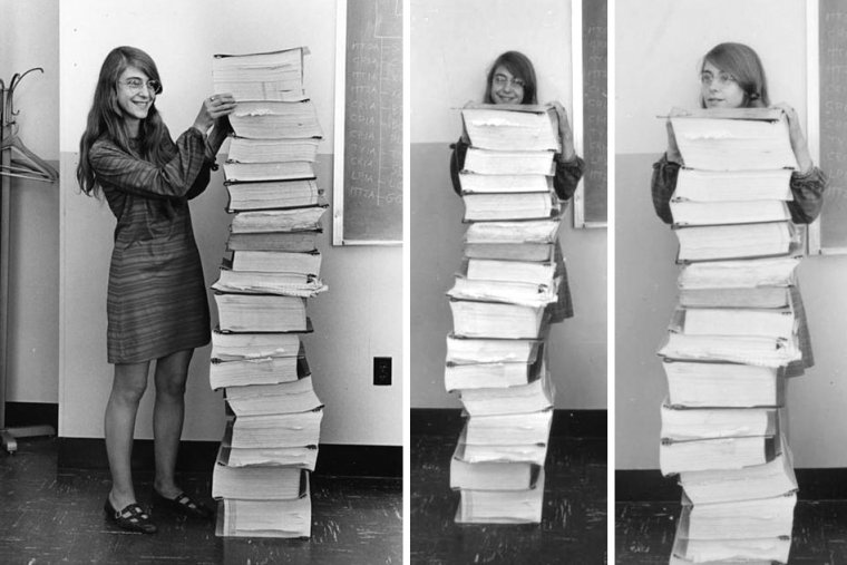 Margaret Hamilton posando junto a sus códigos de programación.