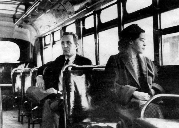 Rosa Parks sentada en la sección de blancos del autobús.
