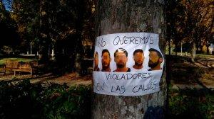Imagen de uno de los carteles sobre 'La Manada' que ha aparecido en Pamplona esta mañana