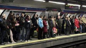 Metro de Madrid con gente
