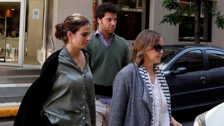 Imagen del hijo de Maza, su novia y Rosana Morán, fiscal de Sala de Coorperación Internacional.