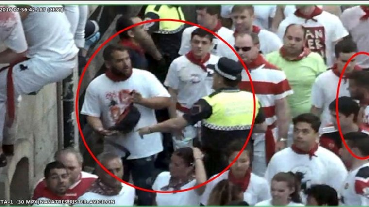 'La Manada' durante los Sanfermines, momento en que son interceptados por la policia