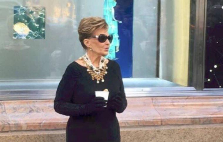 María Teresa Campos imitando a Audrey Hepburn en 'Desayuna con diamantes'