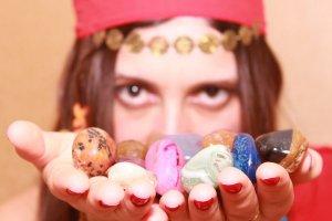 Gitane montrant des pierres de couleurs dans ses mains
