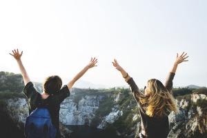 Sincronicidad entre dos personas: cómo interpretar los signos del destino