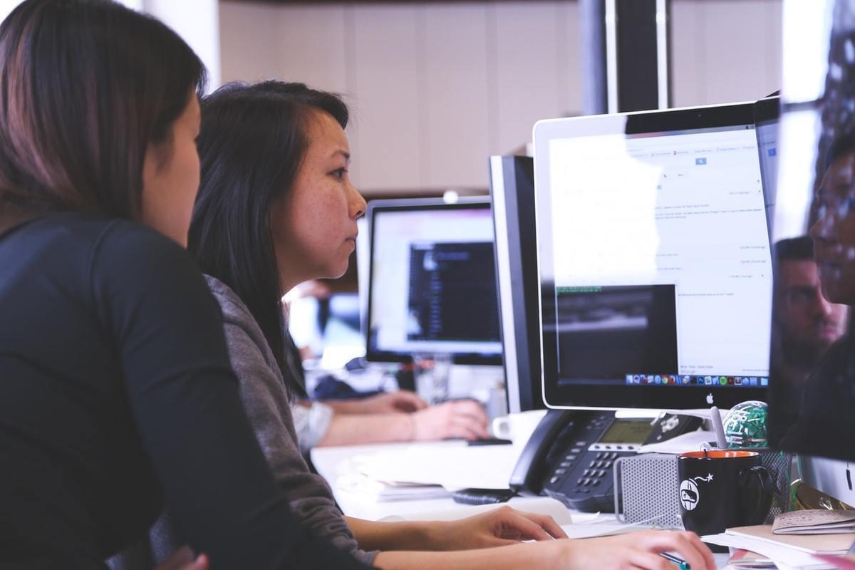 Dos mujeres trabajando con el ordenador