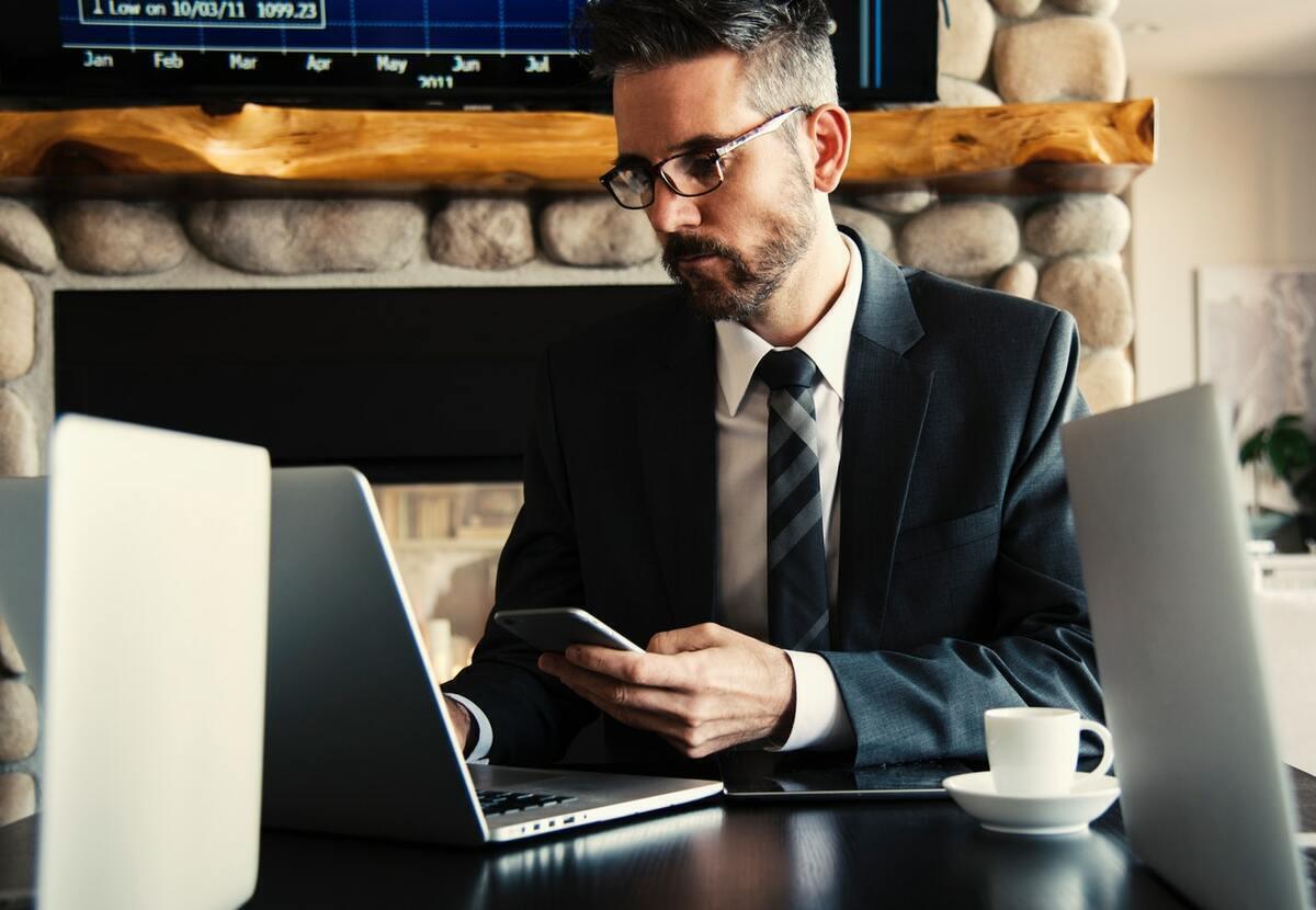 Hombre trajeado mirando a la pantalla de ordenador