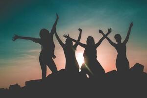 Mujeres frente la puesta de sol