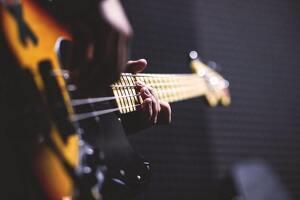 Músico tocando la guitarra en un estudio