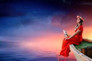 Mujer sobre una barca en el mar vestida de rojo