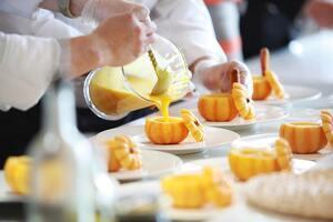 Cocineros de alta cocina emplatando un plato de Halloween