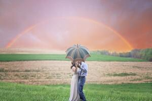 Pareja bajo el arco iris