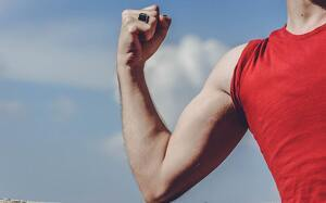 Hombre fuerte enseñando músculo