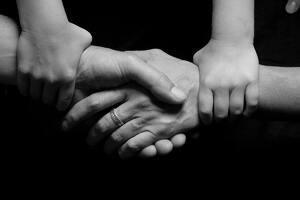 Familia unida cogida de la mano