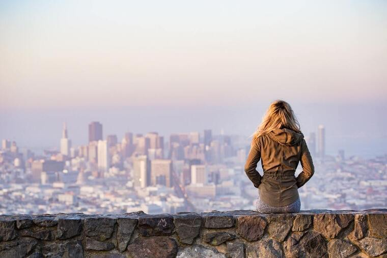 Mujer mirando la ciudad