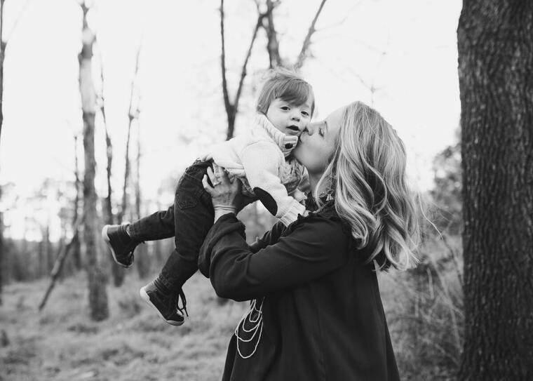Madre dando un beso a su hjo