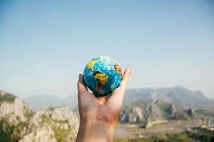 Bola del mundo frente las montañas