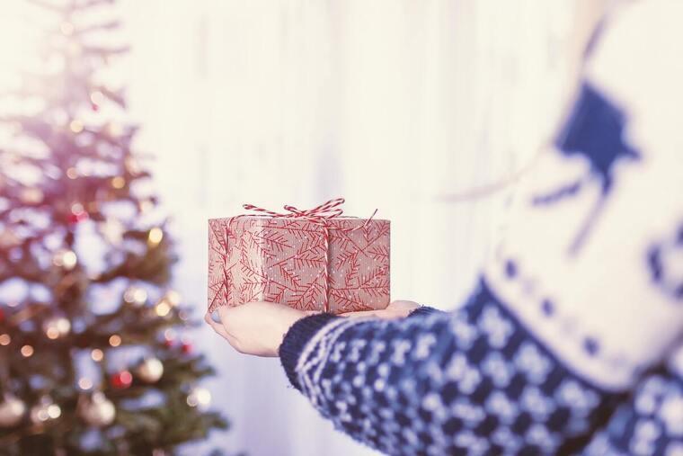 Chica con un regalo en las manos