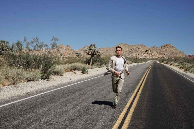 Hombre corriendo por la carretera