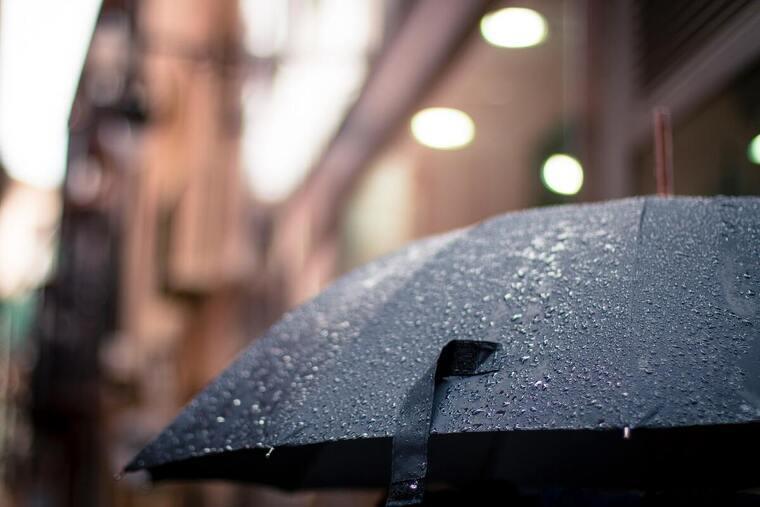 Paraguas negro bajo la lluvia