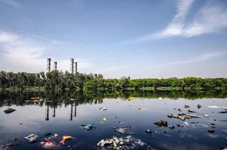 Agua contaminada llena de basura