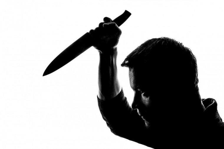 Hombre con un cuchillo a punto de matar