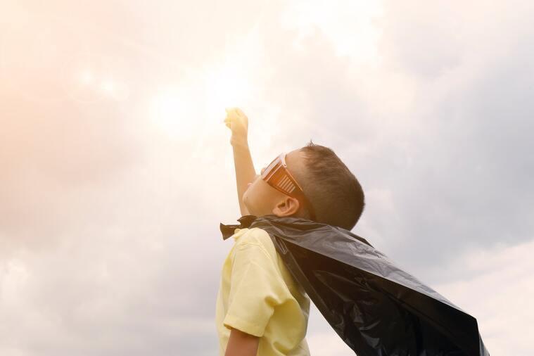 Niño haciendo de super héroe
