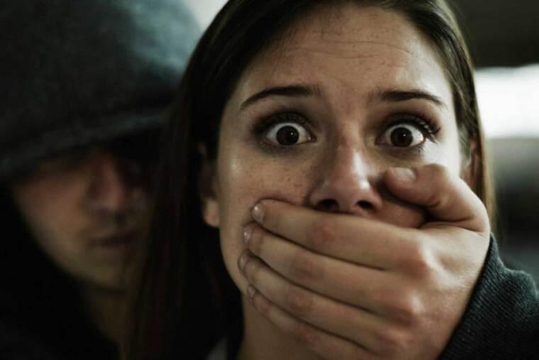 Hombre secuestrando a una mujer