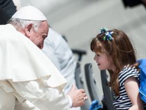 El Papa Francesc parlant amb la petita Lizzy.