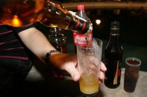 La noia estava sota els efectes de l'alcohol.