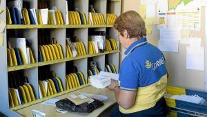 Imatge d'una treballadora de Correus.
