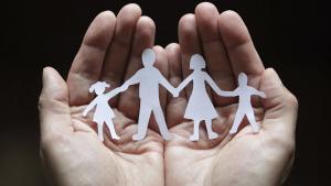 El Govern busca un centenar de famílies que puguin acollir nens de fins a sis anys