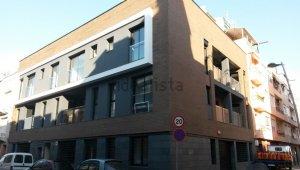 Façana de l'edifici de la Llagosta que ha estat ocupat