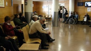 Imatge d'arxiu de la sala d'espera de la Vall d'Hebron amb diverses persones esperant ser ateses