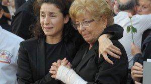 Vanessa Escobar y su madre en el funeral de Manolo Escobar.