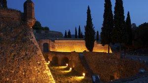 Imatge del castell d'Hostalric i la muralla