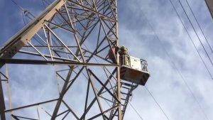 Rescaten un home mig despullat que es negava a baixar d'una torre elèctrica a Sant Boi.