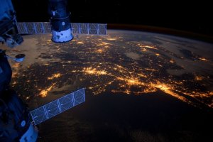Imatge de la Terra de nit captada des d'un satèl·lit