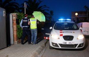 Els Mossos d'Esquadra detenint la sospitosa de l'assassinat d'un agent de la Guàrdia Urbana.