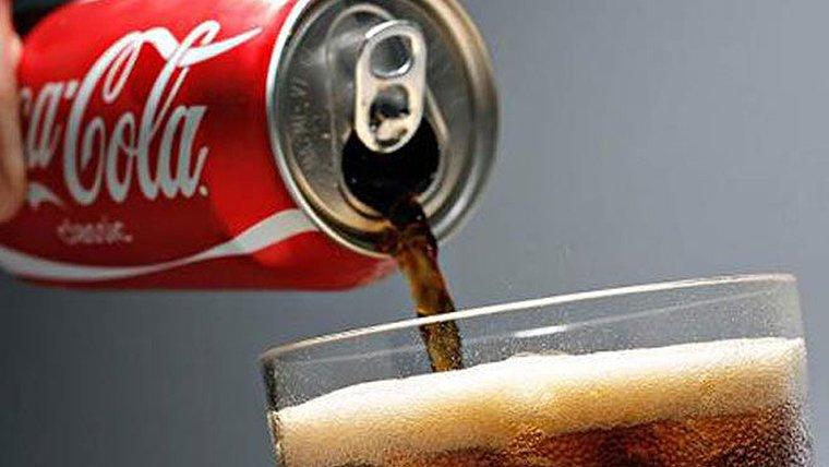 La niña bebió una lata de Coca-Cola con un gusano dentro.