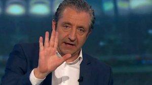 El presentador Josep Pedrerol enmig d'una tertulia