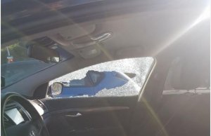 Imatge de com ha quedat al cotxe després de l'atac.
