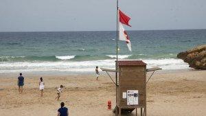 Bandera vermella en una platja catalana.