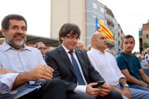 Carles Puigdemont i Jordi Sànchez abans de començar l'acte a Sant Joan Despí.