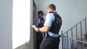 Control del Mossos en un pis del Raval el 16 d'agost de 2017